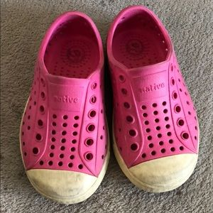 Native Jefferson in hot pink size 6